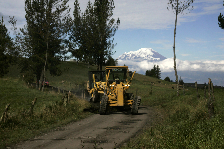 La maquinaria municipal arregló la vía de ingreso a la comuna San Marcos